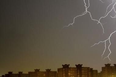 Ugniagesiai pataria gyventojams, kaip elgtis žaibuojant ir kilus stipriam vėjui