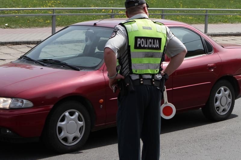 Girtas vairuotojas policininkams siūlė kyšio važiuoti pas jo mamą