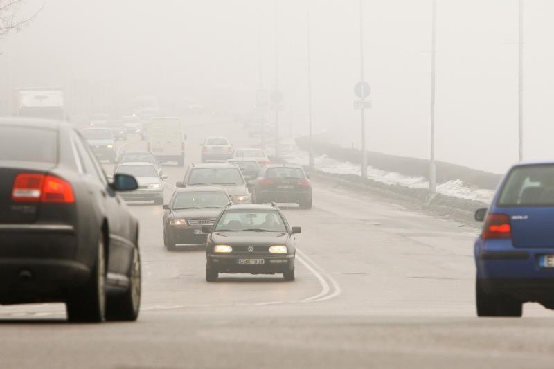 Kelininkai įspėja dėl slidžių rajoninių kelių, kai kur tvyro rūkas