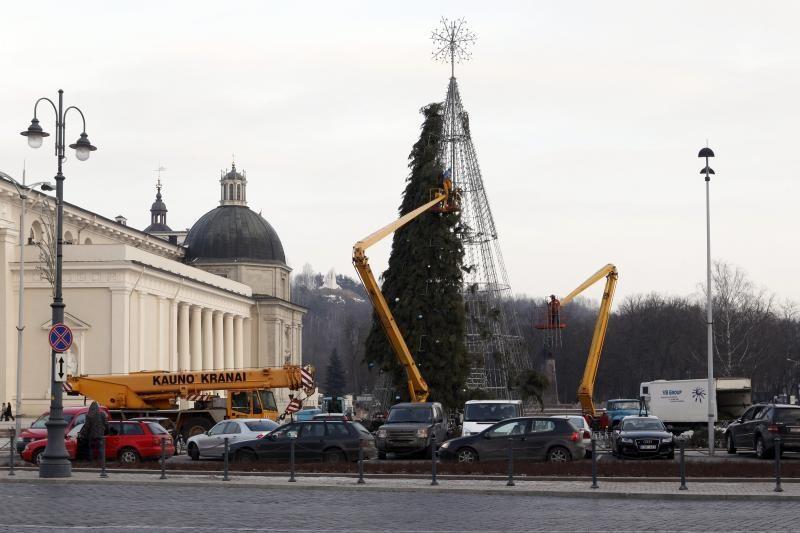 Vilniaus eglę demontavo Kauno      įmonė