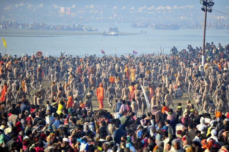 Milijonai indų Kumbhamelos festivalio dieną maudėsi Gangoje