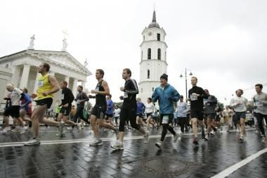 Bėgti su aukštakulniais siūlys ir vyrams