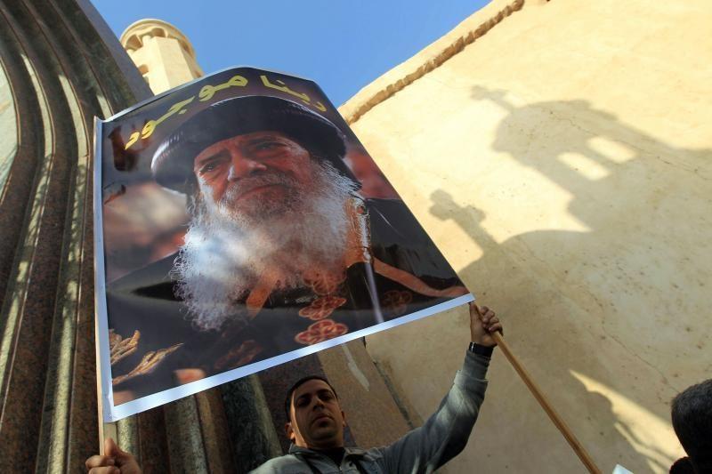 Koptų popiežiaus palaikai po laidotuvių pamaldų išnešti iš katedros