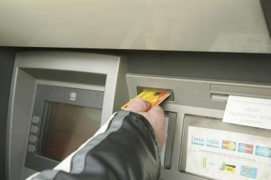 Bankomate palikus kortelę laukti apsimoka ne visada