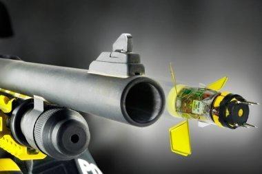 Sukurtas ginklas, šaudantis šoviniais su elektrošoku
