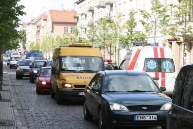 Tiltų gatve uždraus važiuoti automobiliams