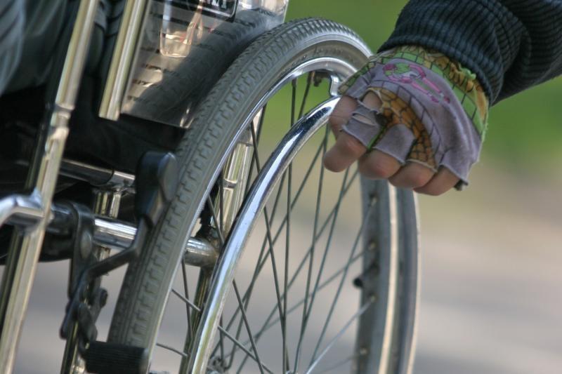 Neįgalieisiems neįmanoma patekti į pusę pastatų