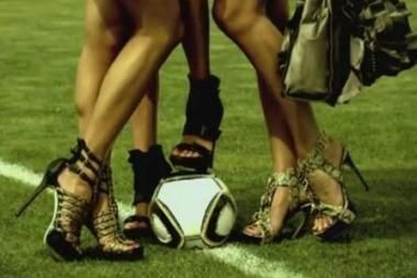 Staigmena vyrams: futbolo kamuolys tarp moterų kojų