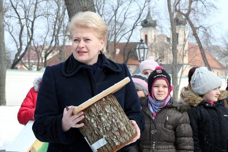 Prezidentė    su    vaikais   kėlė inkilus