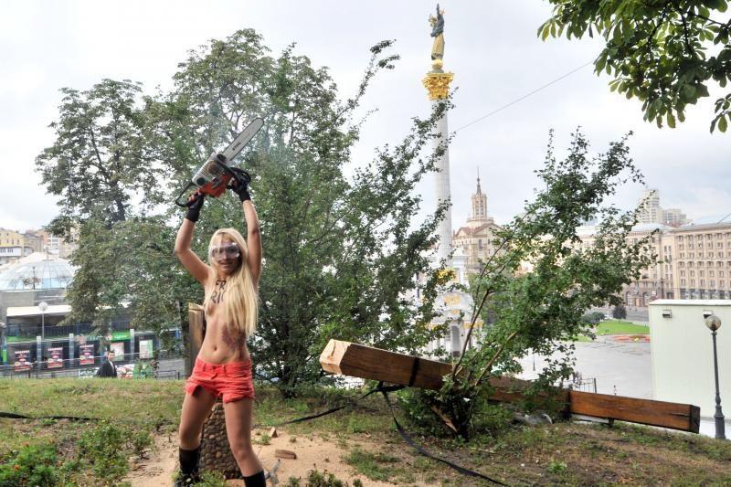 """Feministė supjaustė kryžių, protestuodama prieš """"Pussy Riot"""" teismą"""
