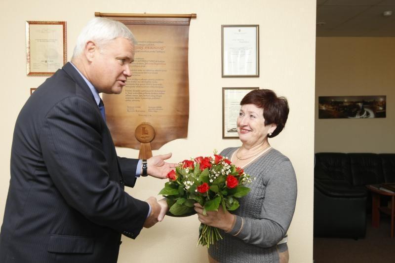 Ilgametei įmonės vadovei – gėlės iš mero rankų