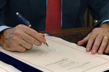 G.Bushas pasirašė ekonomikos gelbėjimo planą