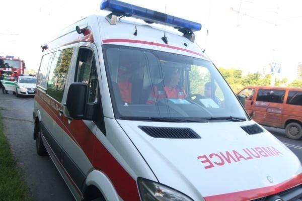 Vilniuje partrenkti automobilio ratą keitę vyrai