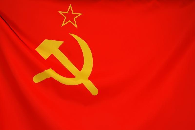 Sostinėje iškabintas audeklas su sovietų ir tautiniais simboliais