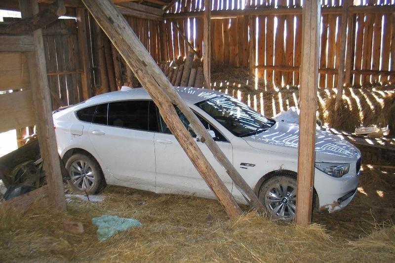 Prabangų naujitėlaitį BMW vagys laikė klojime