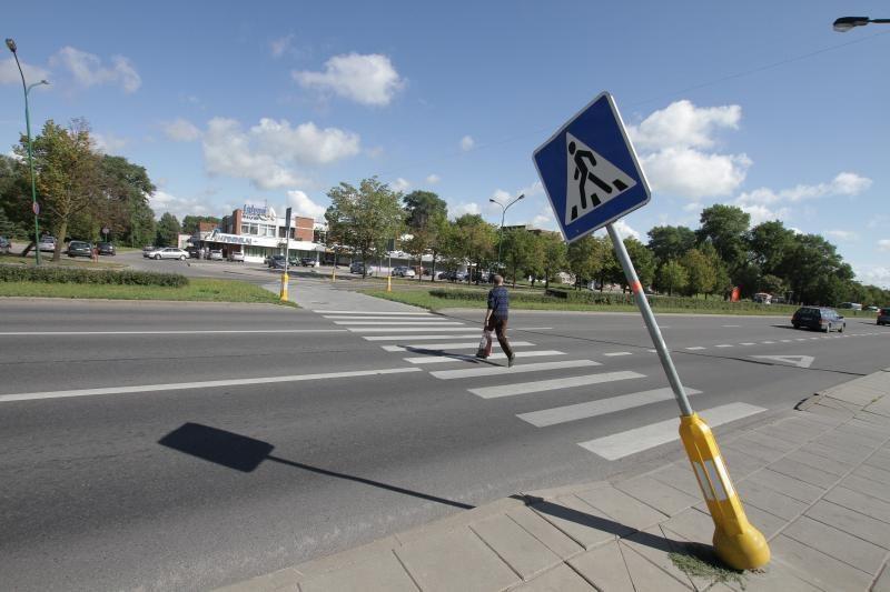 Klaipėdoje, Taikos prospekte - pavojingai pasviręs kelio ženklas
