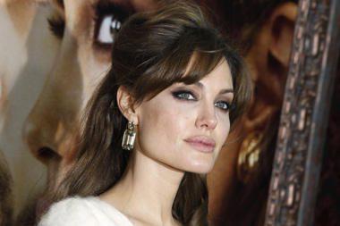 A.Jolie ragina priimti vaikus nuo fotografų saugantį įstatymą