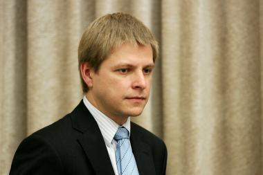 Ministras žada neleisti girtavusiam notarui išvengti atsakomybės