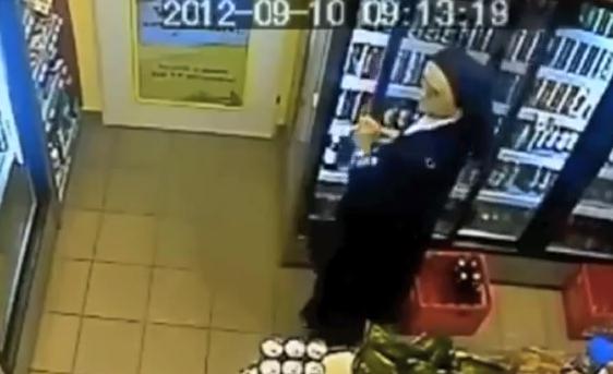 """Kompromatas: """"vienuolė"""" parduotuvėje pasivogė alaus"""