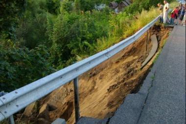 Jonavos rajone įgriuvo tiltas per Šešuvos upelį (papildyta)