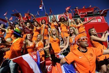 Grupė merginų buvo išprašyta iš stadiono, nes neva reklamavo alų