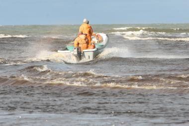 Baltijos jūroje apvirtus valčiai išgelbėti du žvejai (papildyta)