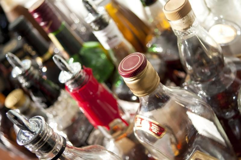 Už nelegalaus alkoholio ir tabako įsigijimą siūloma bausti ir pirkėjus