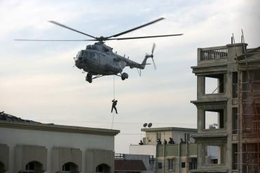 Mumbajuje tęsiasi teroristų ir pareigūnų mūšiai