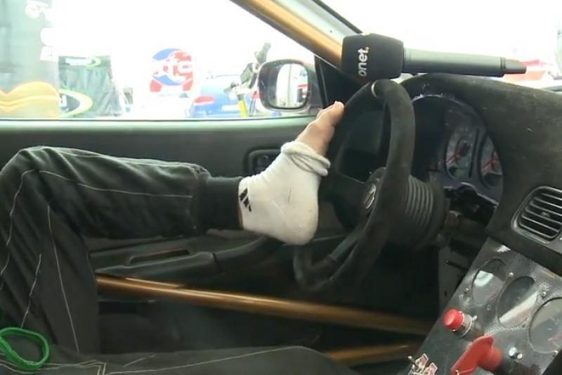 Rankų netekęs lenkas vairuoja sportinį automobilį