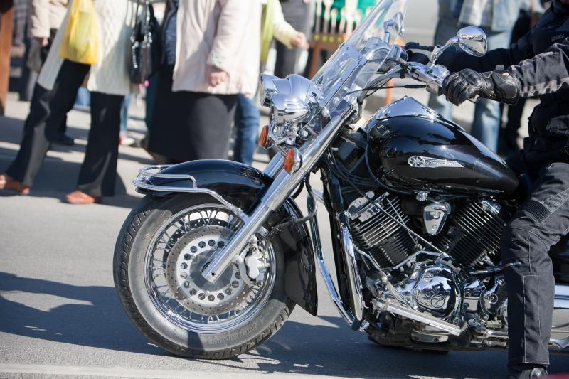 Bandė pavogti penkias poras motociklininko pirštinių