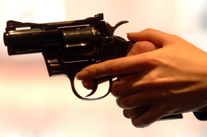 Kuriluose sargybinis nušovė du buhalterius ir pats nusižudė