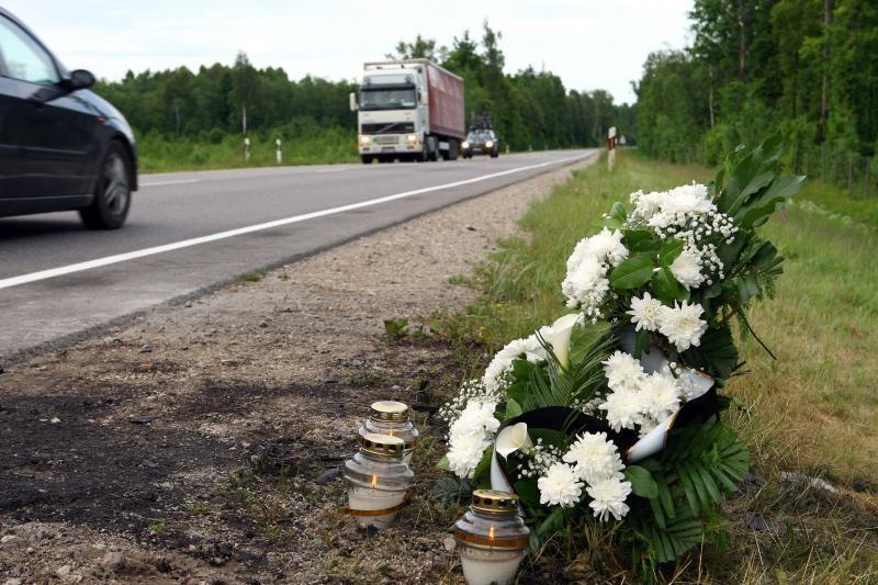 Šakių rajone mirė automobilio pervažiuotas ant kelio gulėjęs jaunuolis
