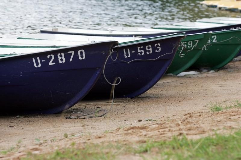 Vyras vos nežuvo per škvalą upėje gaudydamas valtį