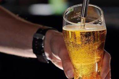 Britų medikai ragina baruose atsisakyti stiklinių bokalų