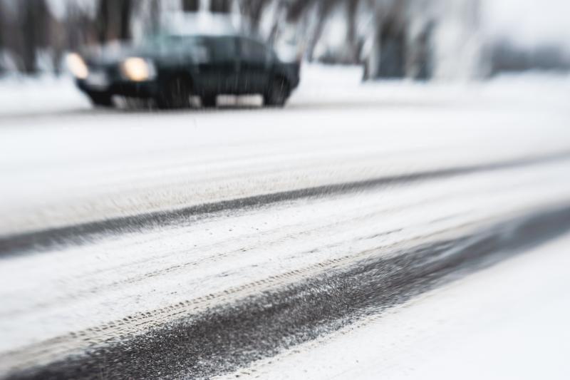 Eismo sąlygas vietomis sunkina keliuose susiformavę sniego liežuviai