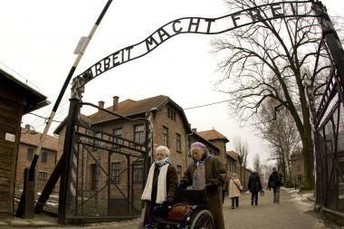Lenkijoje surastas Aušvico mirties stovyklos vartų užrašas