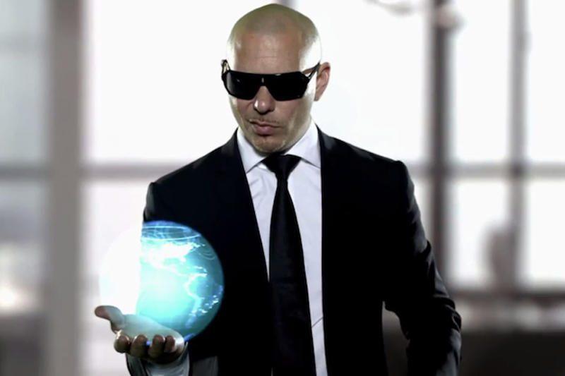 """Pitbullis grįžo į praeitį dainos """"Back In Time"""" vaizdo klipe"""