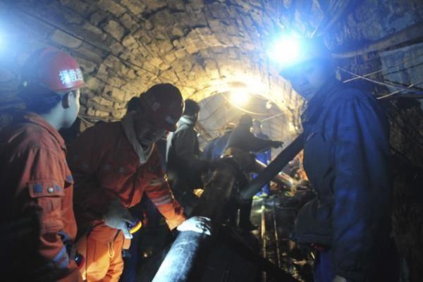 Kinijoje iš užtvindytos šachtos išgelbėti visi 29 angliakasiai
