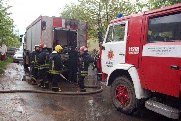 Vilniuje žaibas padegė namą