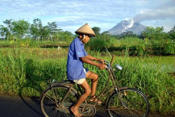Indonezijoje besiveržiančio ugnikalnio aukų padaugėjo iki 102