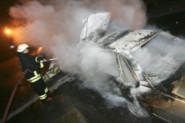 Iš pradžių padegtas automobilis, paskui ir garažas