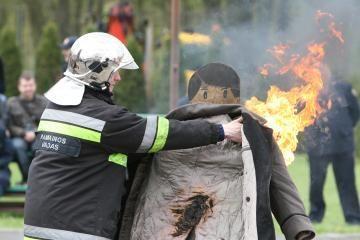 Ugniagesiai gelbėjo iš aukštai nukritusius žmones