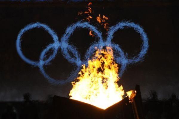 Trispalvę pirmosios jaunimo olimpiados atidaryme neš rutulio stūmikas