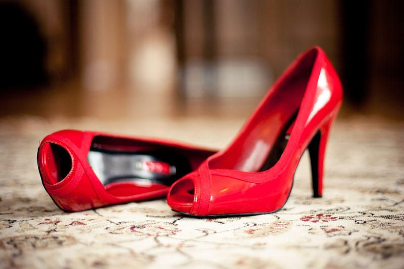 Ekspertai prašo moterų nevairuoti avint aukštakulnius