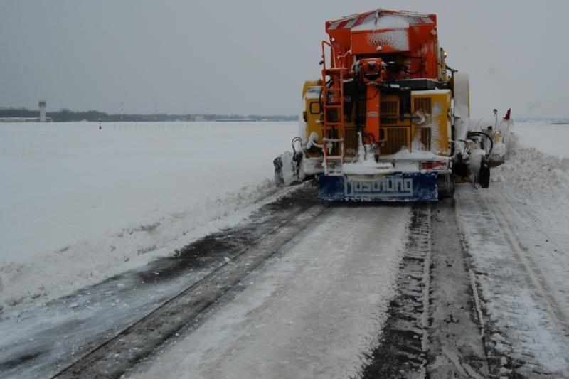 Aviacijos bazėje su sniegu kovojama pasitelkus specialią techniką