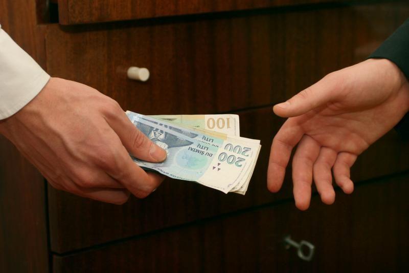 Du verslininkai kaltinami kariškio papirkimu