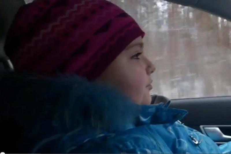8 metų mergaitė Rusijoje važiuoja 100 km/h greičiu