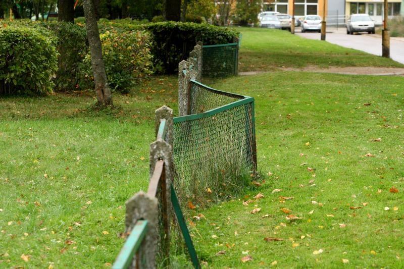 Vaikų darželiuose akis bado išlūžusios tvoros ir perpildytos grupės