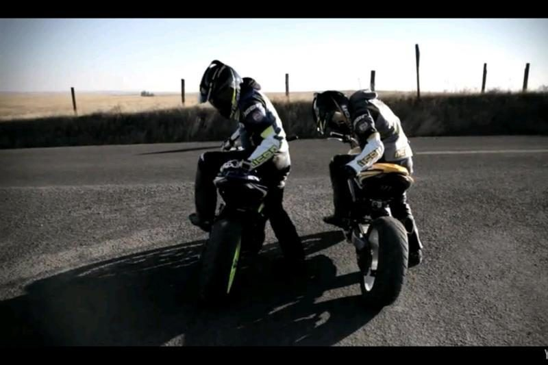 """Motociklai prieš automobilį: """"drifto"""" kova"""