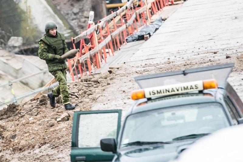 Prie nugriauto Panemunės tilto aptikti pavojingi sprogmenys